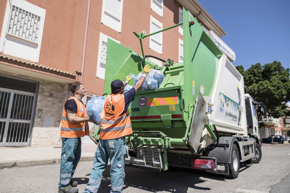 operatori ecologici prelevano sacchetti dei rifiuti per la raccolta del multimateriale