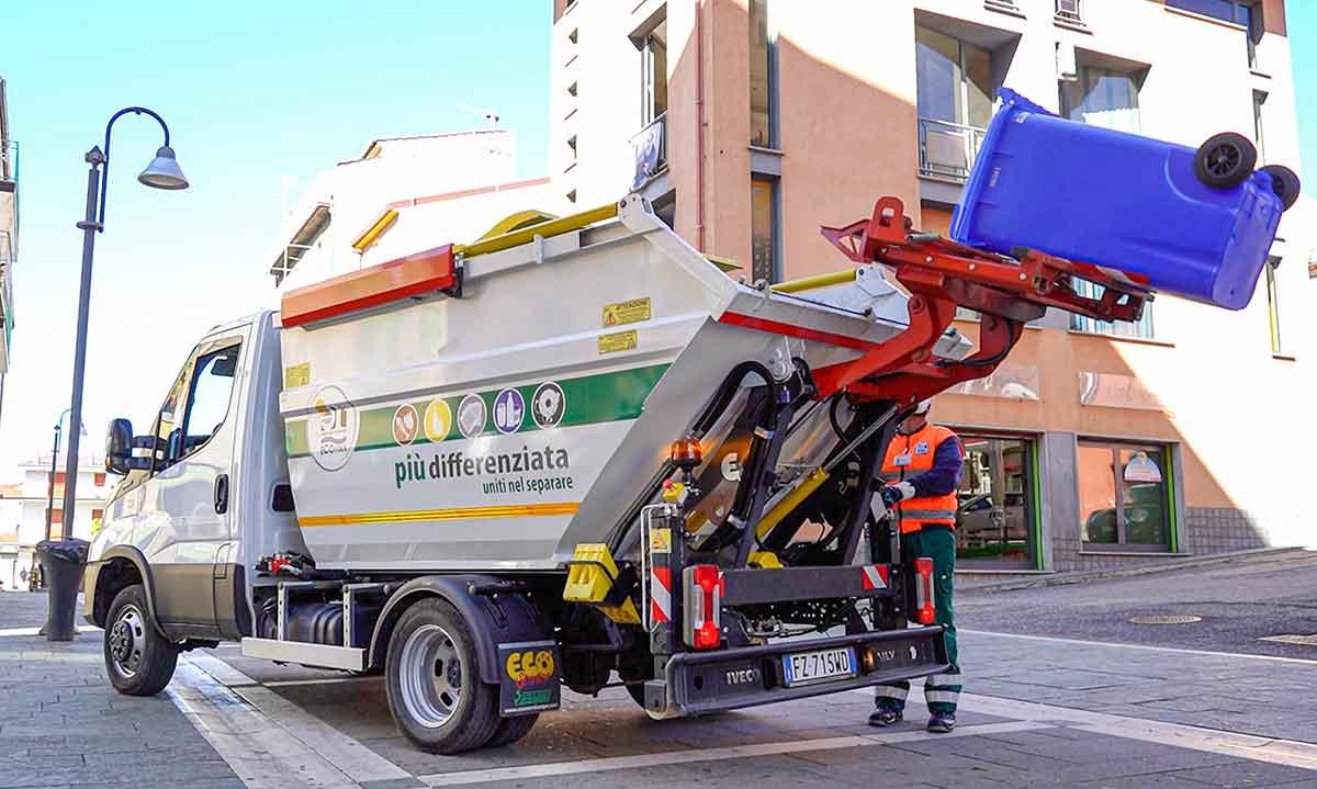 operatore Ecoross svuota mastello per la raccolta del multimateriale