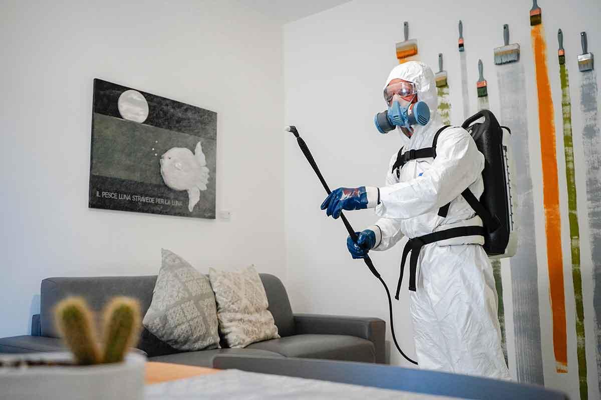 operatore Ecoross effettua sanificazione in un'abitazione privata