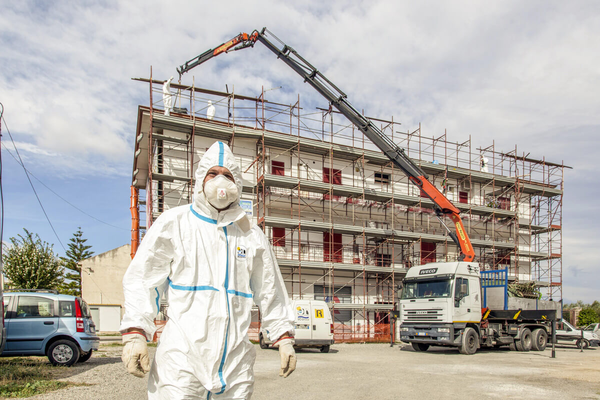 operatori ecoross rimuovono in sicurezza tetto in amianto