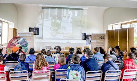 studenti guardano video sulla raccolta differenziata in aula