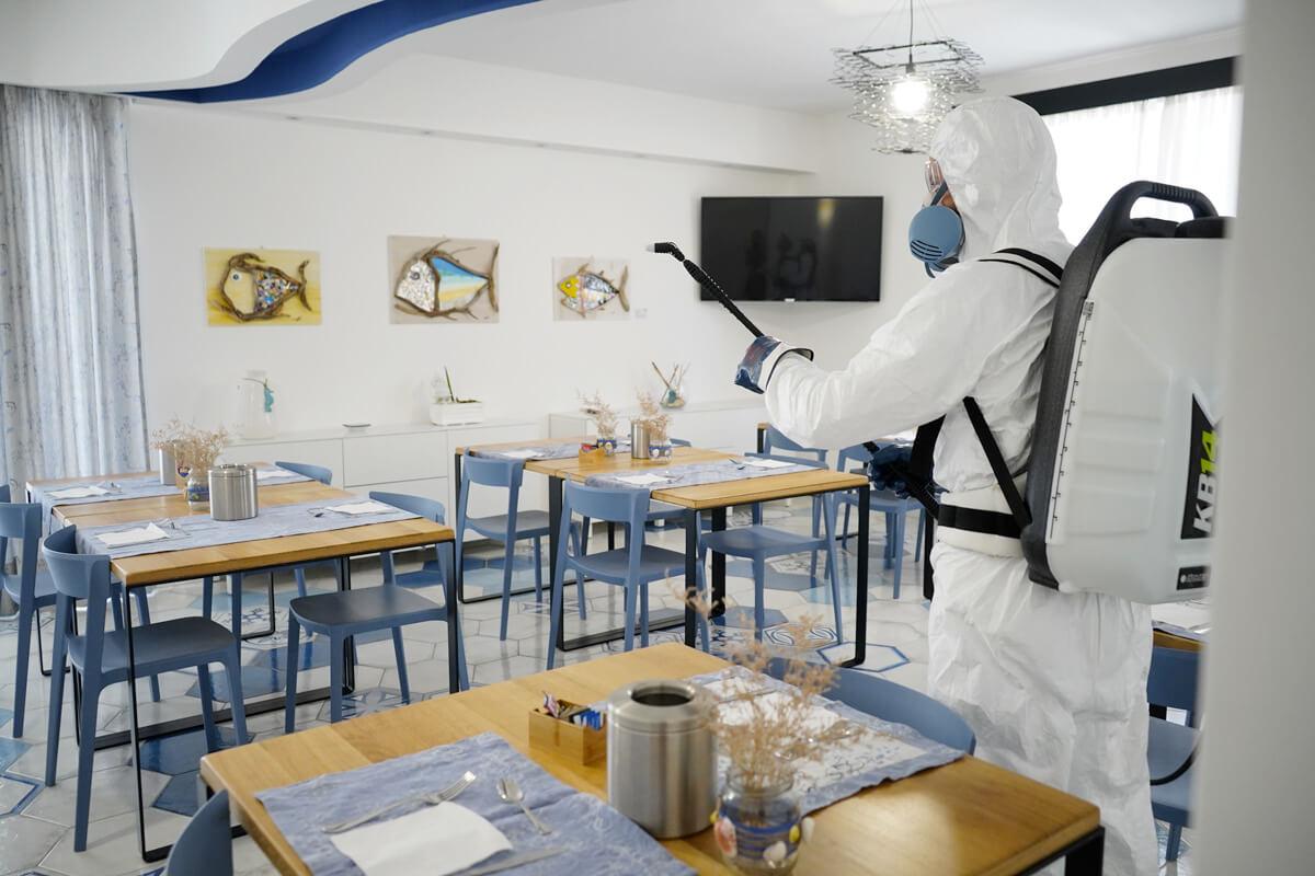 operatore ecoross sanifica sala ristorante