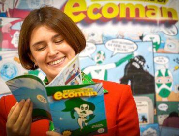Flavia Pulignano sfoglia fumetto le avventure di Ecoman